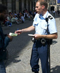 [img]http://www.rtl.nl/components/actueel/rtlboulevard/2006/03_maart/crime/images/politieamsterdam-210-258.jpg[/img]